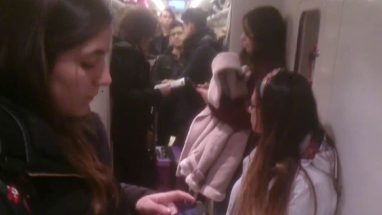 Decenas de personas de pie en el tren Santiago-Vigo.