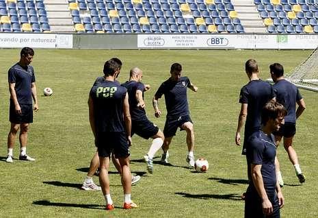 La plantilla del Pontevedra, durante un entrenamiento de esta semana en Pasarón.