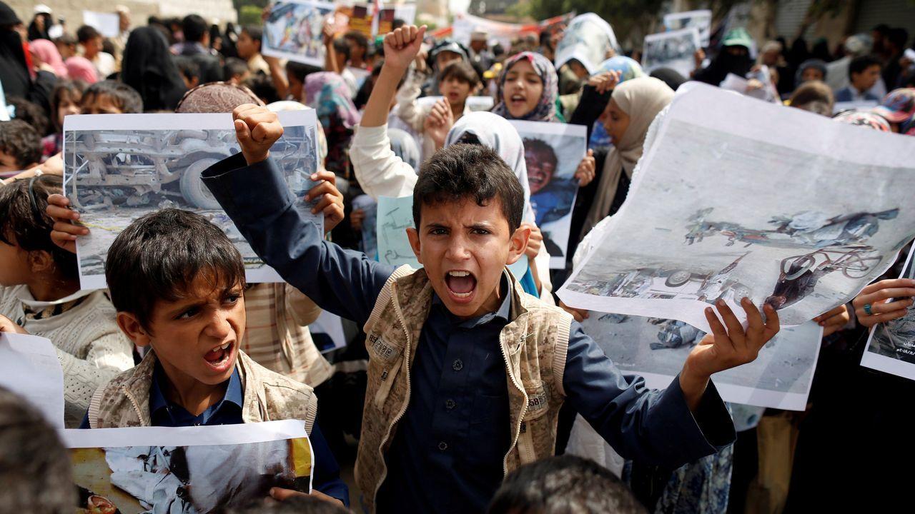 Muchachos se manifiestan frente a las oficinas de las Naciones Unidas en Sanaa, Yemen, para denunciar el ataque aéreo de la semana pasada que mató a decenas de niños en la provincia noroccidental de Saada