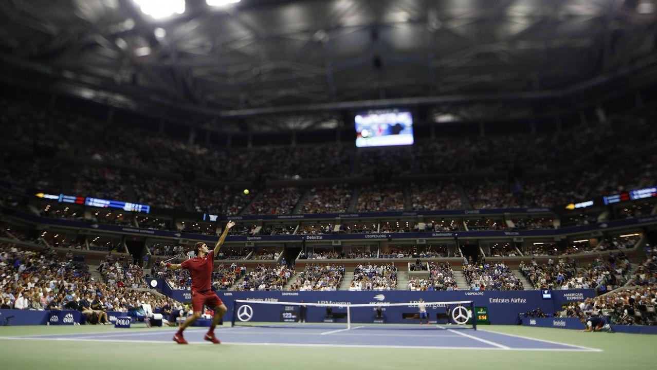 El tenista suizo Roger Federer sirve una bola al japonés Yoshihito Nishioka durante el segundo día de partidos del Abierto de Tenis de Estados Unidos en el Centro Nacional de Tenis USTA en Flushing Meadows, Nueva York (EE.UU)