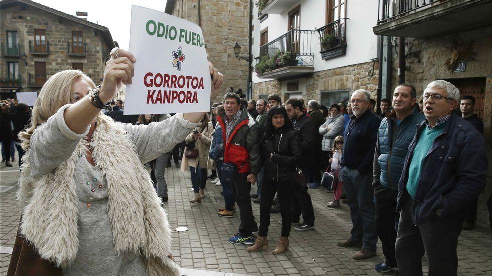 .La presidenta del colectivo Covite, Consuelo Ordóñez, se manifiesta en Alsasua para defender la presencia de la Guardia Civil en la localidad navarra