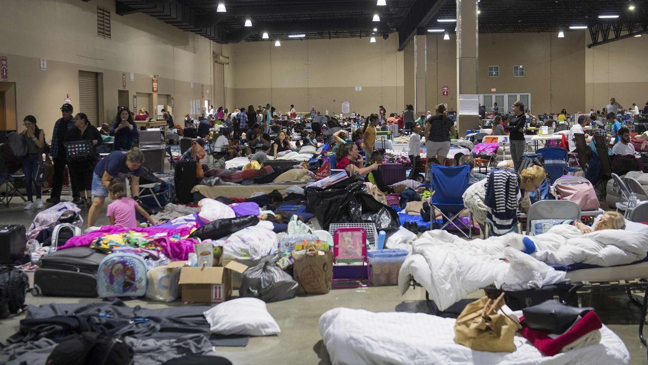 Personas refugiadas en un centro de exposiciones por «Irma».