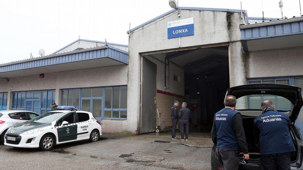 Agentes de la agencia tributaria, aduanas y guardia civil registran las vendedurias de la lonja de Ribeira