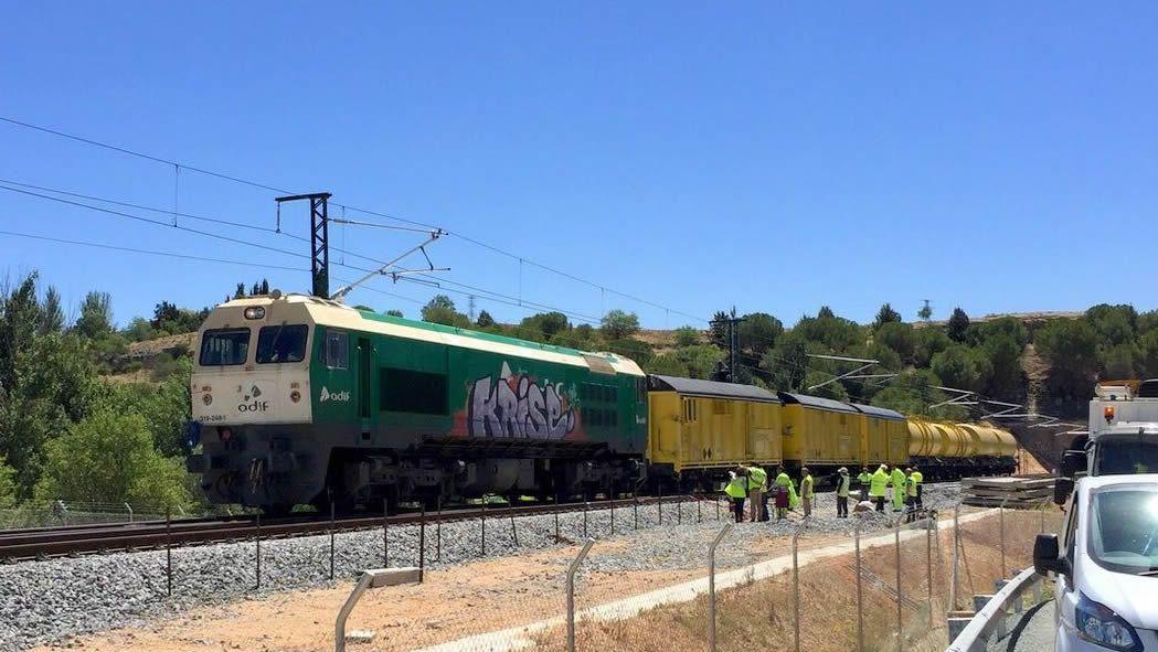 El tren con contenedores cruza Vilagarcía.Presentación del Festival de Verano de Oviedo