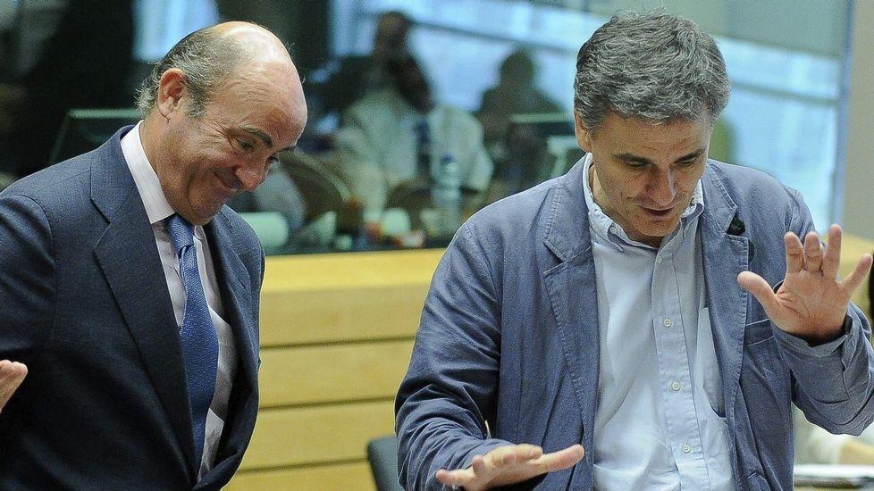 .El ministro español De Guindos saluda en el Eurogrupo al recién llegado Tsakalotos.