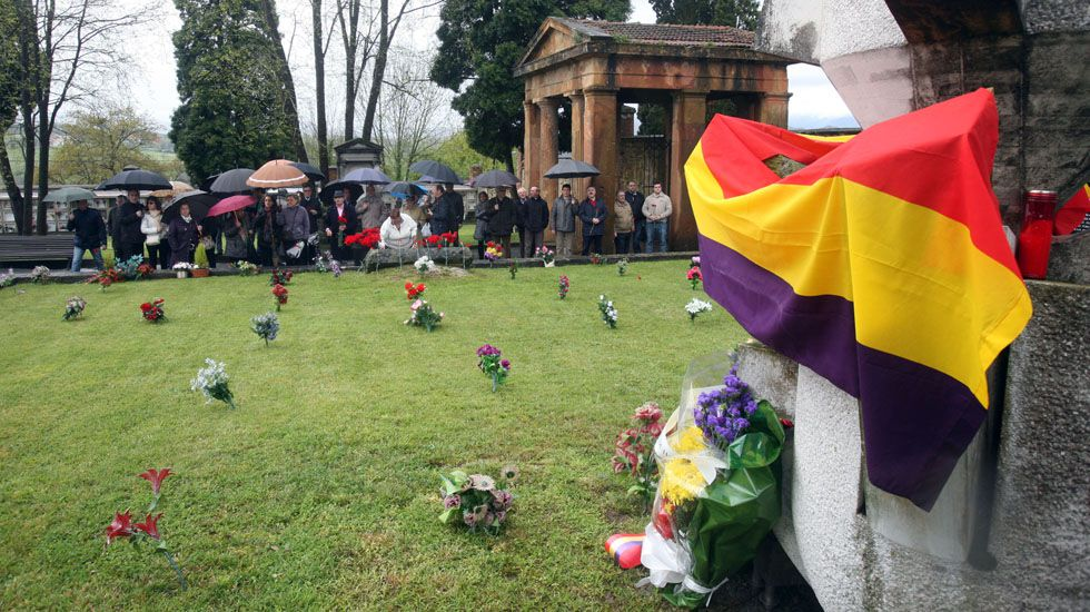 La vida ensin oficialidá.Homenaje a los represaliados del franquismo en la fosa común de Oviedo