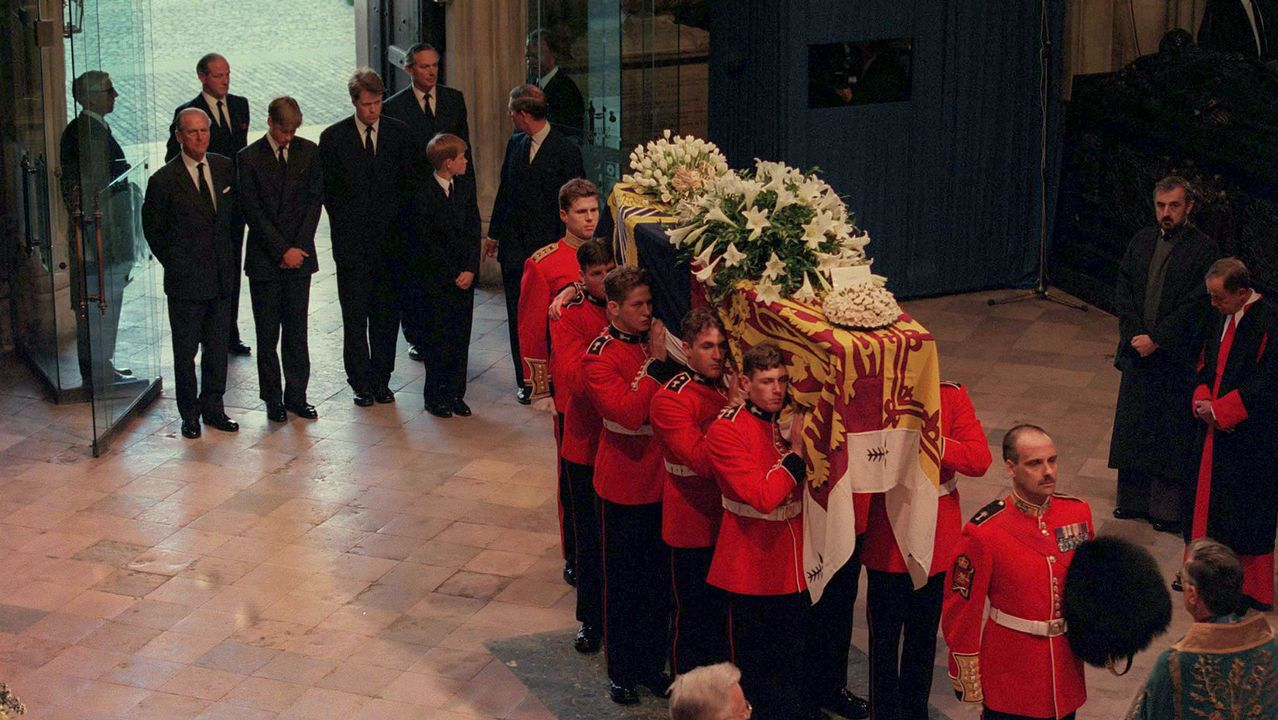 El féretro con los restos de Diana de Gales a su llegada a la abadía de Westminster.