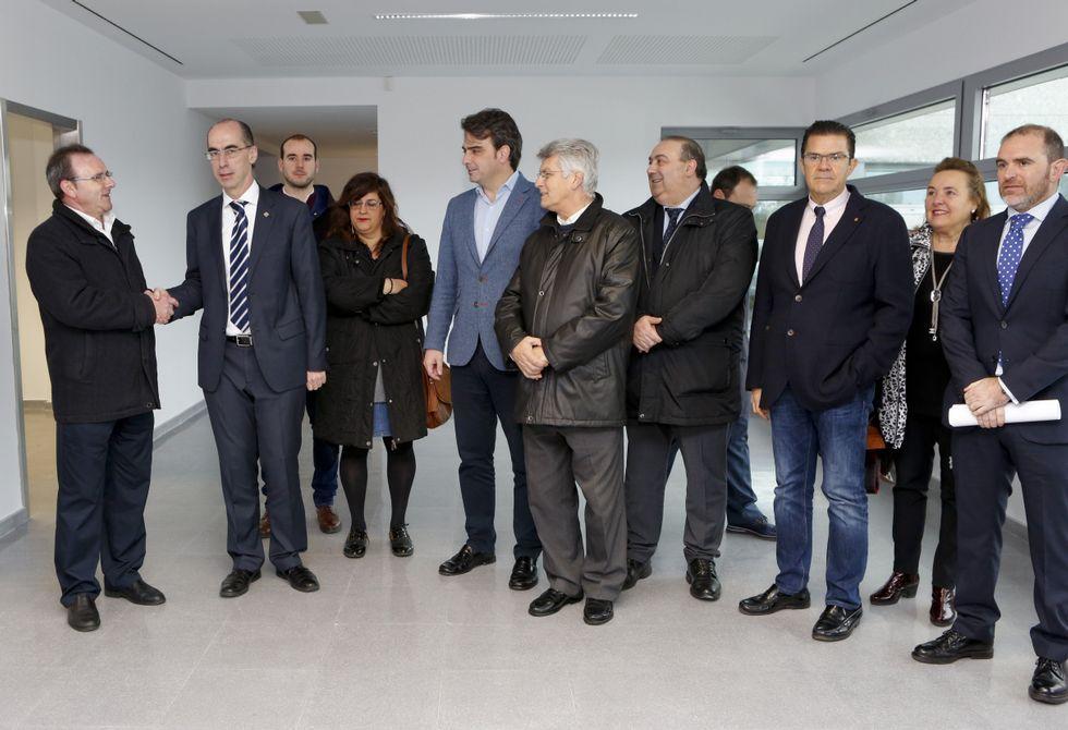 XV Congreso del PP de A Coruña.El conselleiro estrechó la mano al alcalde, Eduardo Parga, en el interior del recinto sanitario.