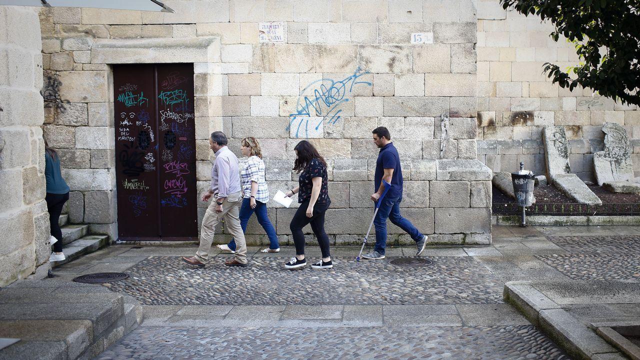 Cincuenta años con la cicatriz de un lobo.Conde Corbal posa en la tienda de Adolfo Domínguez en Ourense, donde su imagen dejó huella