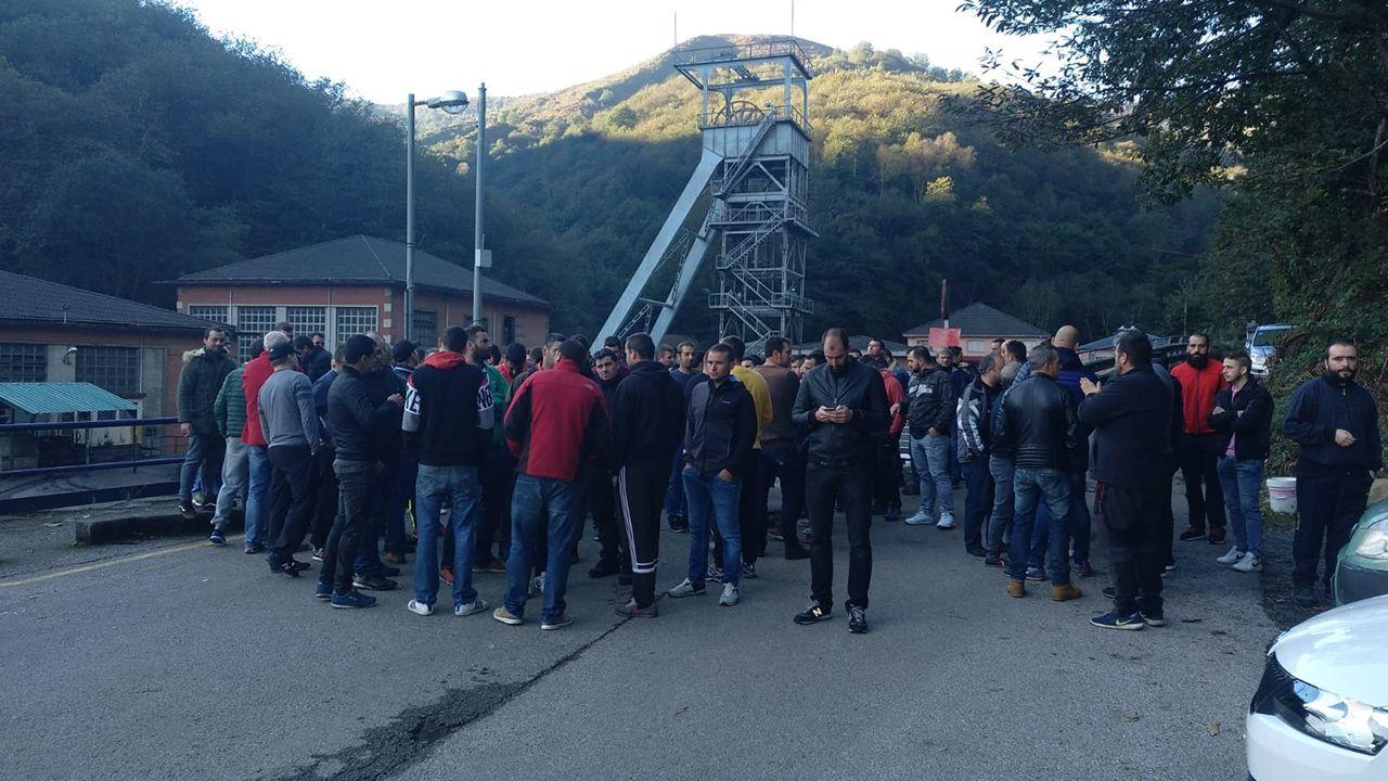 Una operación policial propina un duro golpe al clan de los Sandulache, en Asturias.Concentración minera delante del pozo Nicolasa