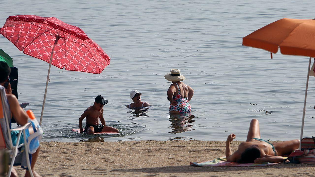 La playa de Razo también estaba llena de gente en esta jornada buscando refrescarse