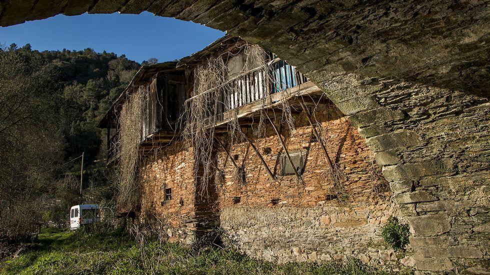 Antiguas casas de A Ponte vistas desde debajo del arco del puente