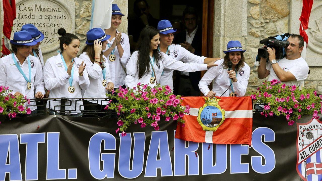 Las jugadoras del Atlético Guardés en el balcón del ayuntamiento.