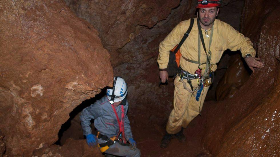 Na galería principal da cova abundan os pasos estreitos, as subidas e as baixadas.