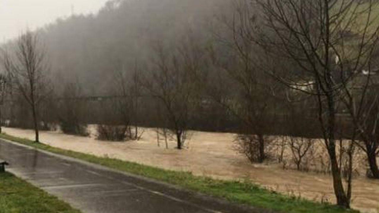 Las imágenes más duras del temporal.Crecida del río Villoria, en Laviana