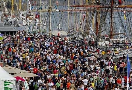 La Banda Municipal, durante su actuación.Imagen del público que visitó la semana pasada el puerto debido a la Tall Ships Race.