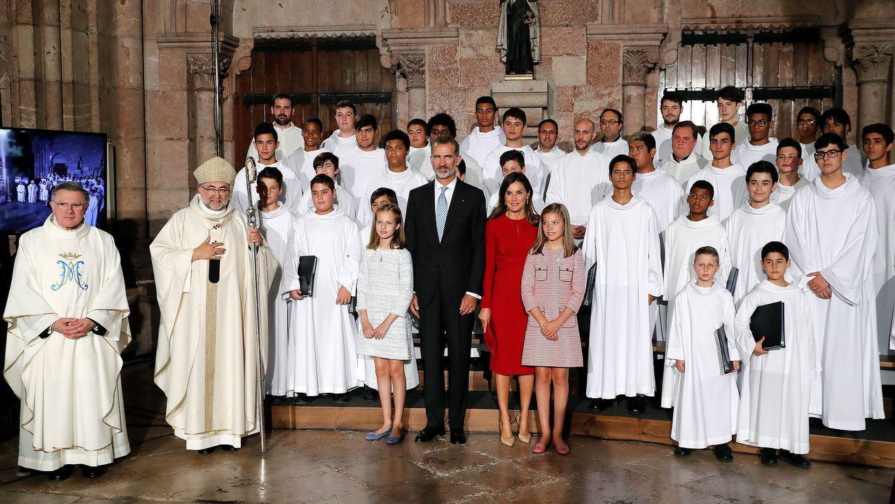 Los reyes Felipe y Letizia, la princesa Leonor (i) y la infanta Sofía (d) posan en la Basílica de Covadonga tras una misa solemne oficiada por el arzobispo de Oviedo para conmemorar el primer Centenario de la Coronación de la Virgen de Covadonga
