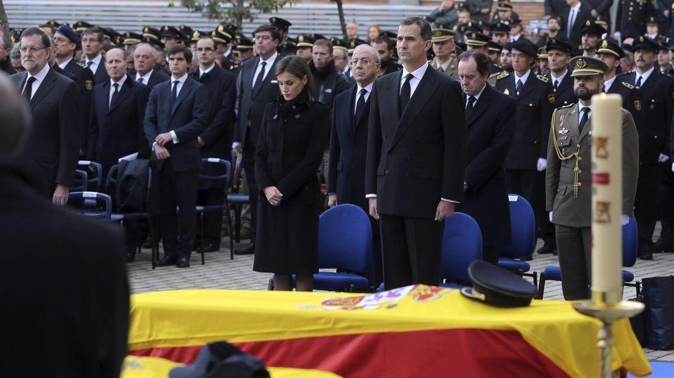 Funeral por los agentes fallecidos en Kabul.Policía afgano en un puesto de control