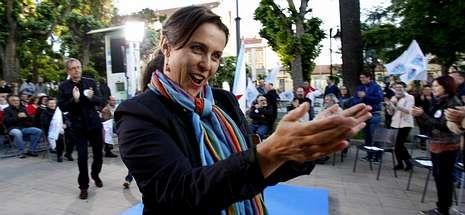 Ana Miranda, seguida por Evencio Ferrero, saluda al inicio del mitin de ayer en la plaza carballesa.