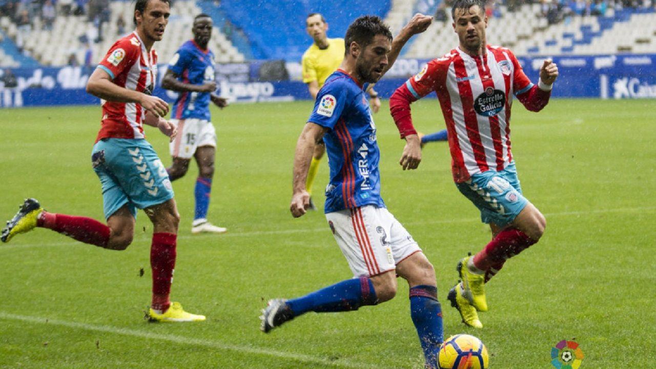 Diegui Johannesson golpeando un balón ante el Lugo