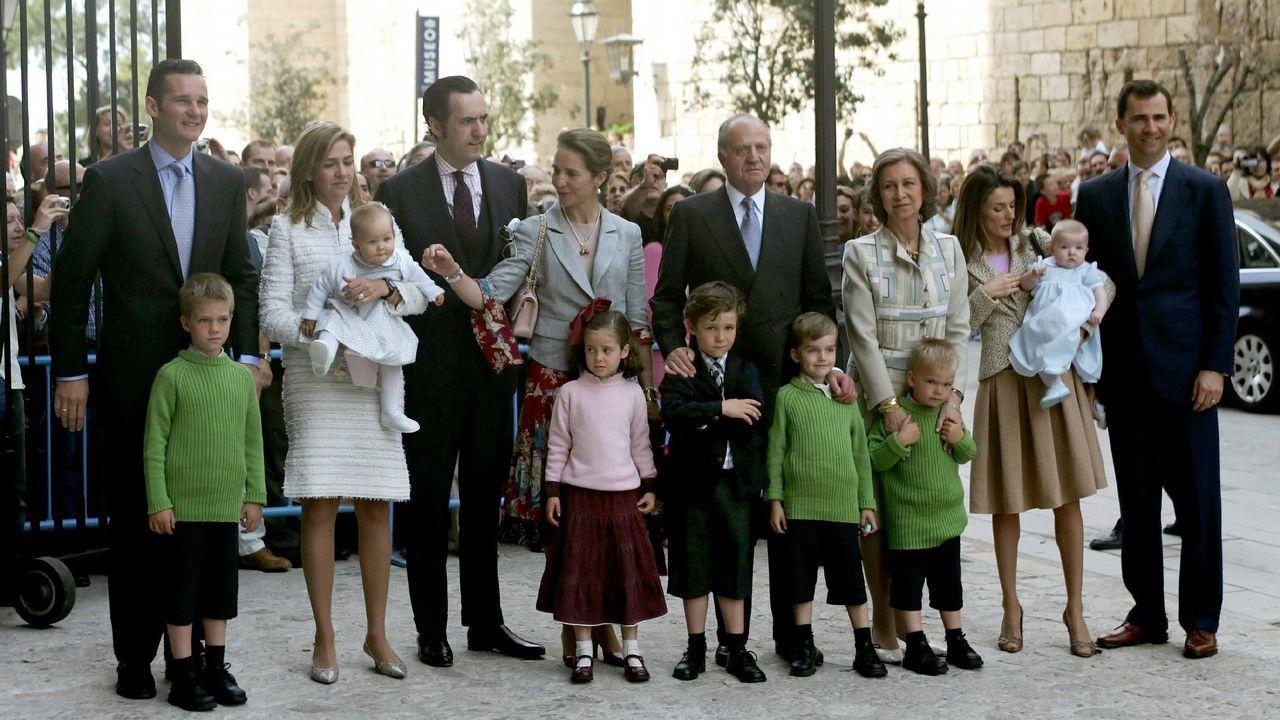 Los reyes, Sofía y las infantas, en la misa de Pascua en Palma.Año 2006: La famila al completo: Los Reyes, los Príncipes de Asturias con la Infanta Leonor, los duques de Lugo con sus hijos y los duques de Palma con los suyos