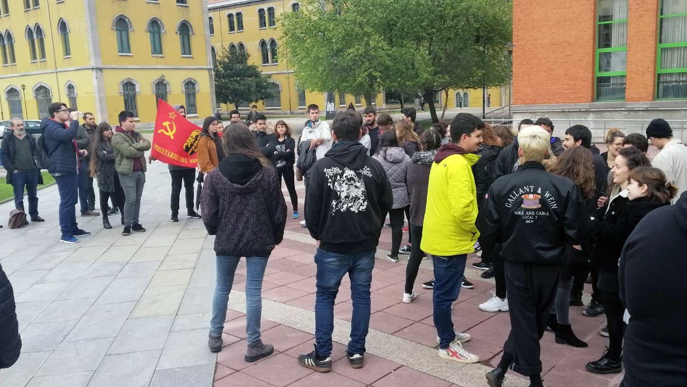 Cuatro escenas del altercado del campus de El Milán.Los estudiantes se concentran en el campus de El Milán