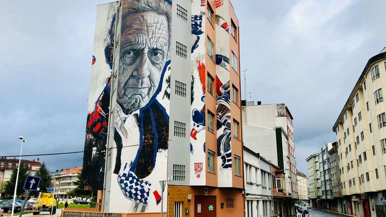 Así se hizo el mural de Isaac Díaz Pardo que ya luce en Sada.Primer grupo de pandeireteiras de Xacarandaina