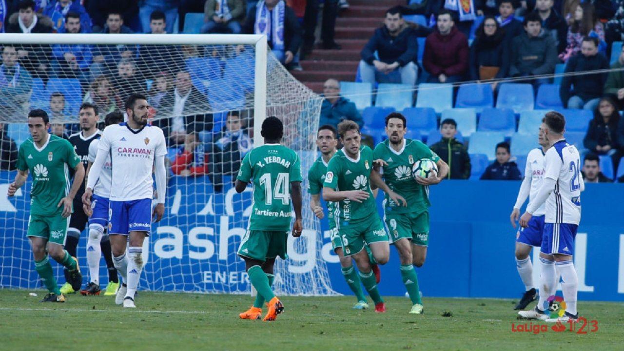 Los jugadores del Oviedo celebran el 2-1 de Carlos