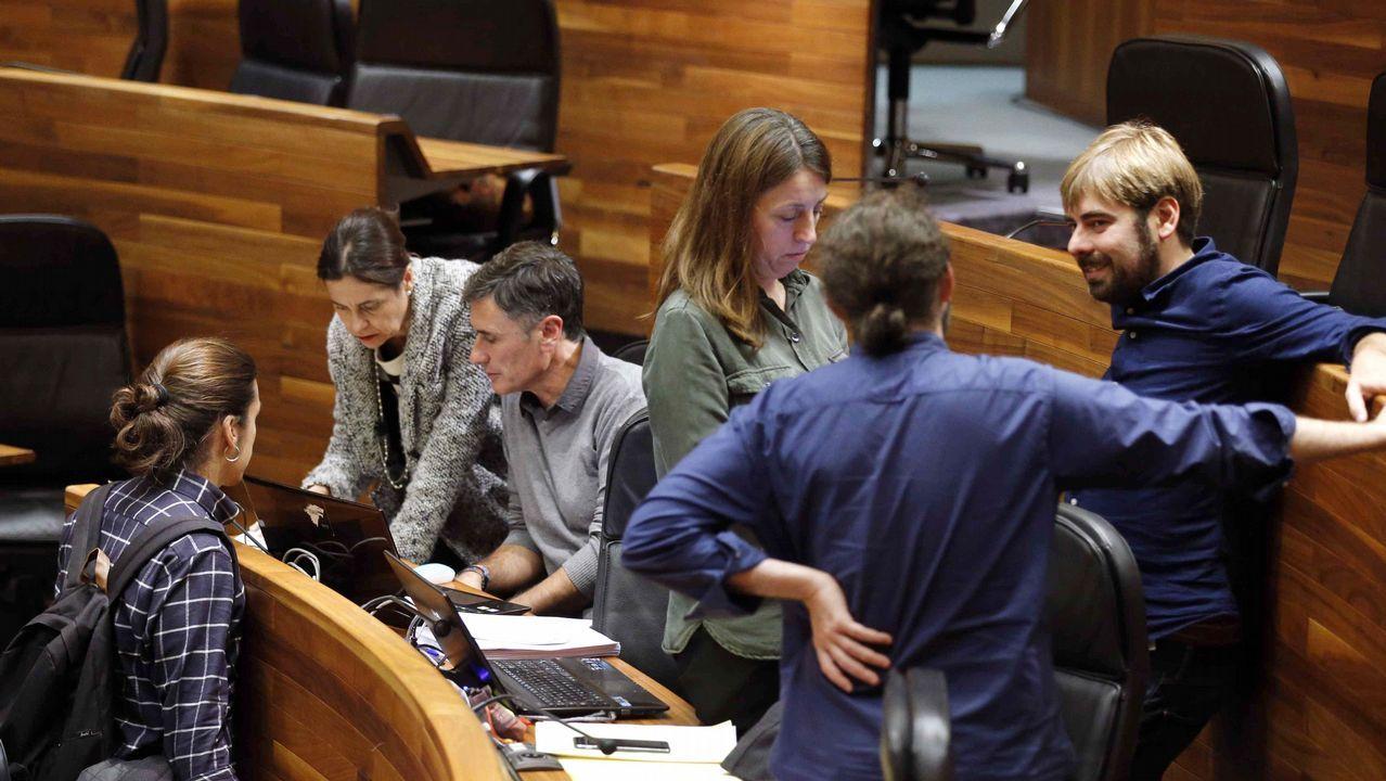 Por la izquierda, Adonina Tardón y Carla Rubiera.La consejera de Hacienda y Sector Público del Principado de Asturias, Dolores Carcedo (2i), y diputados de Podemos tras finalizar la tercera jornada del debate de orientación política general que se celebró en la Junta General del Principado.
