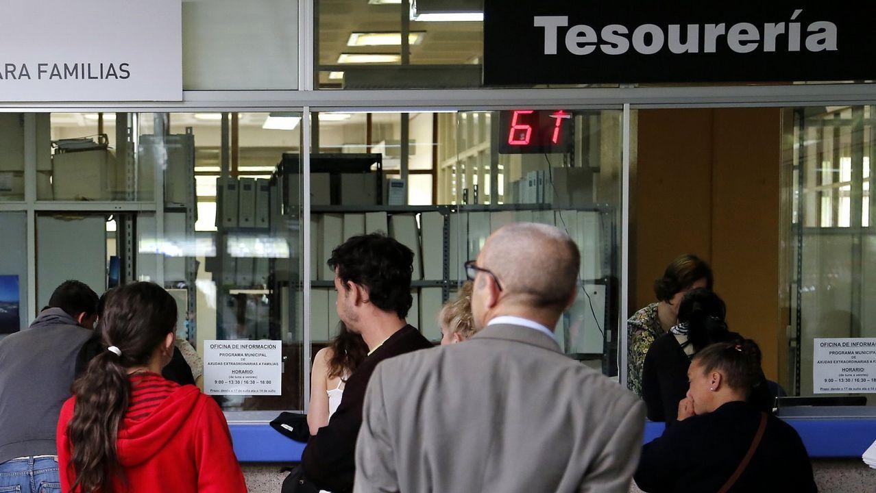 Un grupo de pasajeros consulta los vuelos en el Aeropuerto de Asturias.Imagen de archivo de la llegada a un hospital de un posible portador de ébola