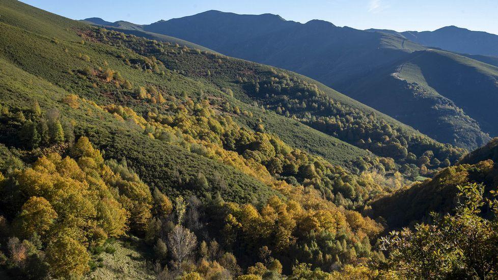 Valle del río Soldóln con el monte Montouto al fondo