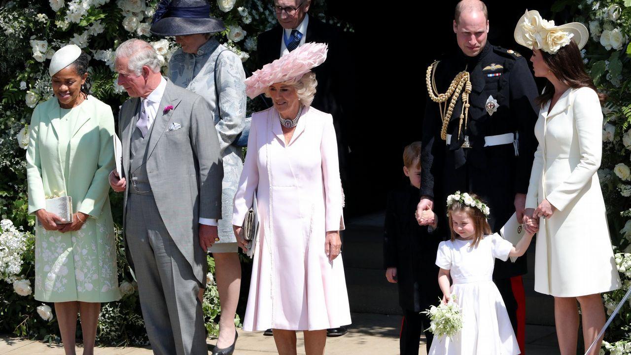.Kate Middleton repitió. Era uno de los estilismos más esperados y a muchos defraudó. El vestido que Kate Middleton escogió para la boda de Meghan Markle y Harry era repetido (hasta en tres ocasiones). Lo llevó en el bautizo de la princesa Charlotte, en el evento «Trooping the color» del 2016 y en el 100 aniversario de la batalla de Passchendaele (en el 2017).