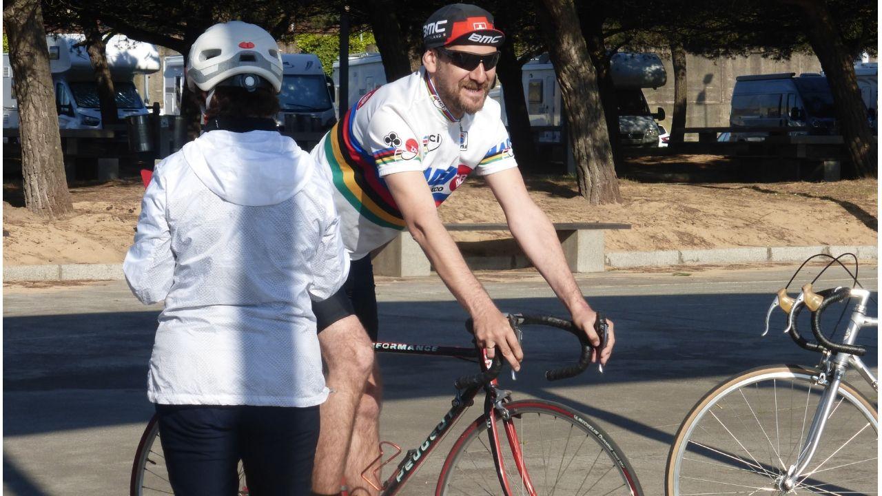 Un participante de la Clasicona, la marcha cicloturista no competitiva que se celebra en Gijón y en la que se homenajea al ciclismo clásico