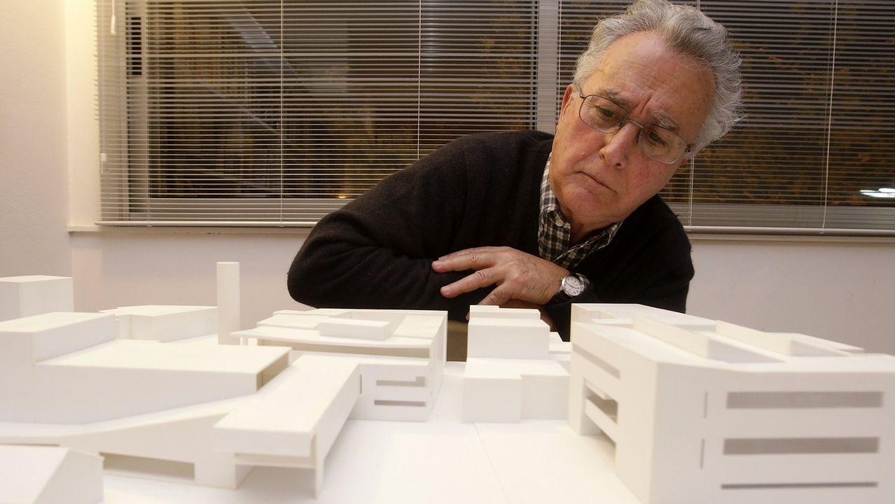El arquitecto, ante una maqueta de su obra