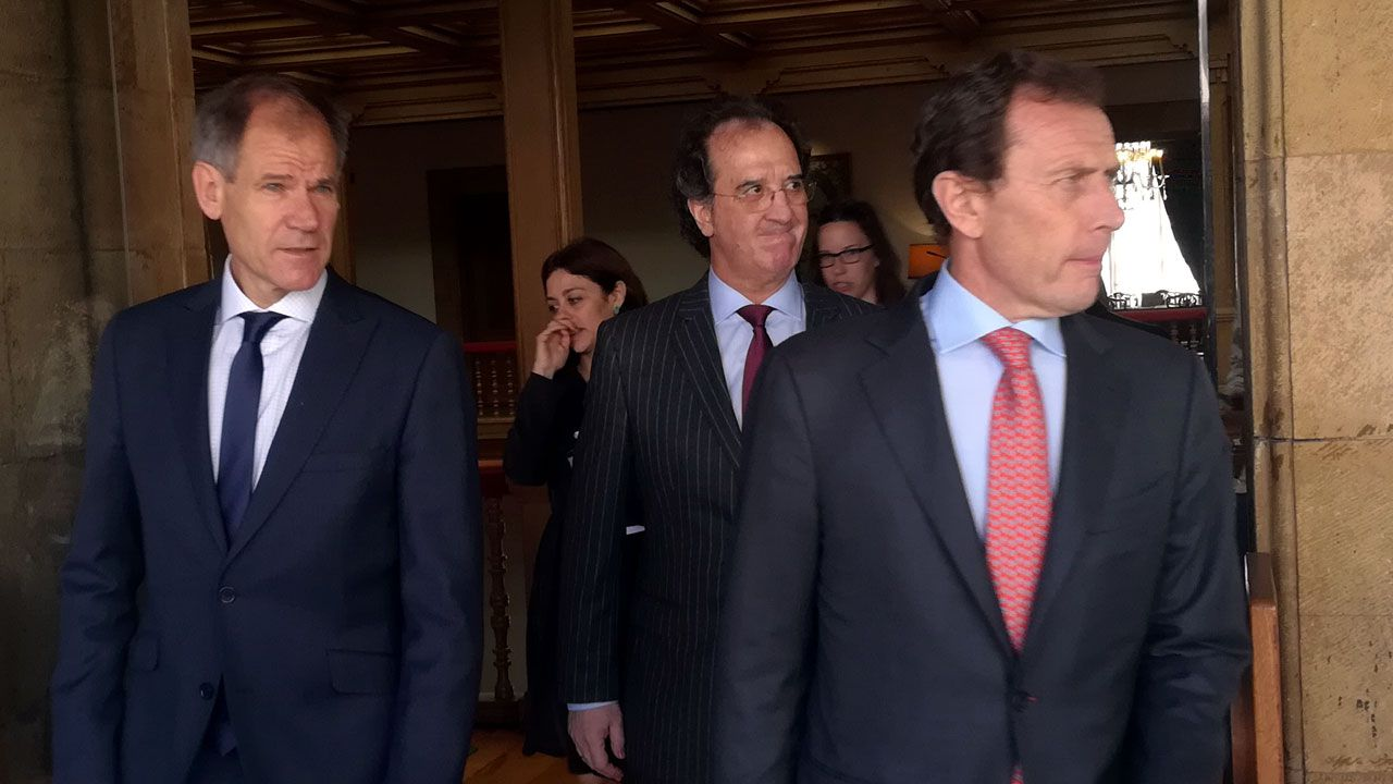 Productos gastronómicos con verdadero sabor a mina.Abel Antón, a la izquierda, junto a Julián Redondo y Emilio Butragueño en el hotel de la Reconquista