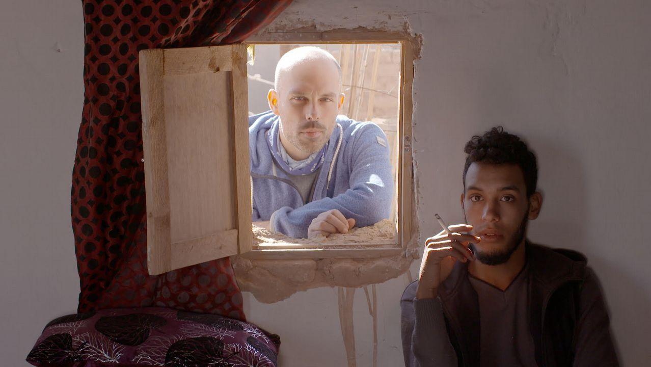 La obra de Gallego Jorreto.Eloy Domínguez Serén, cun dos protagonistas de «Hamada», nun intre da rodaxe