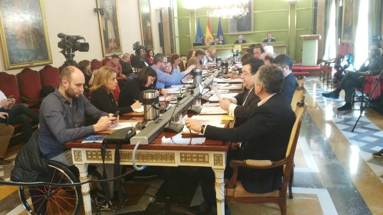 La campaña de Somos al estilo Pantomima Full.Pleno del Ayuntamiento de Oviedo
