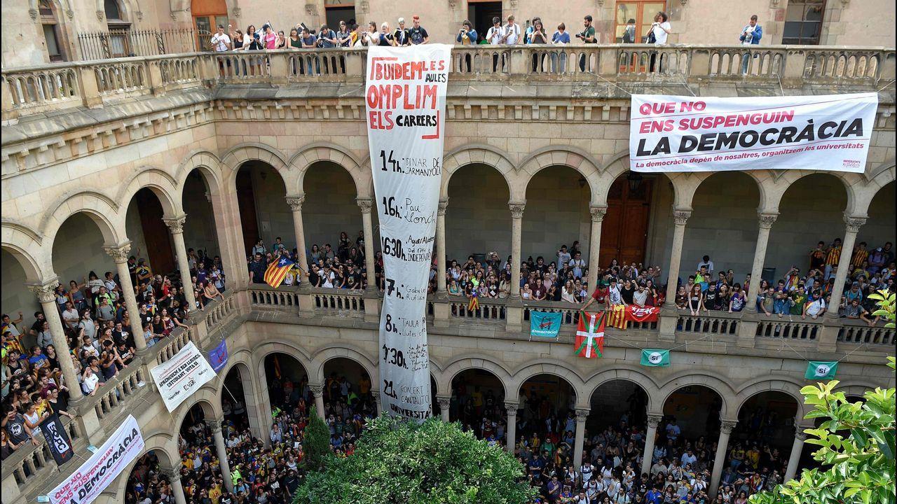 .La toma del claustro. Los estudiantes universitarios estan siendo uno de los sectores más activos en las protestas. Ayer ocuparon el claustro del edificio historico de la Universidad de Barcelona y cortaron la Gran Via. Vaciar las aulas y llenar las calles es la consigna que utilizaron