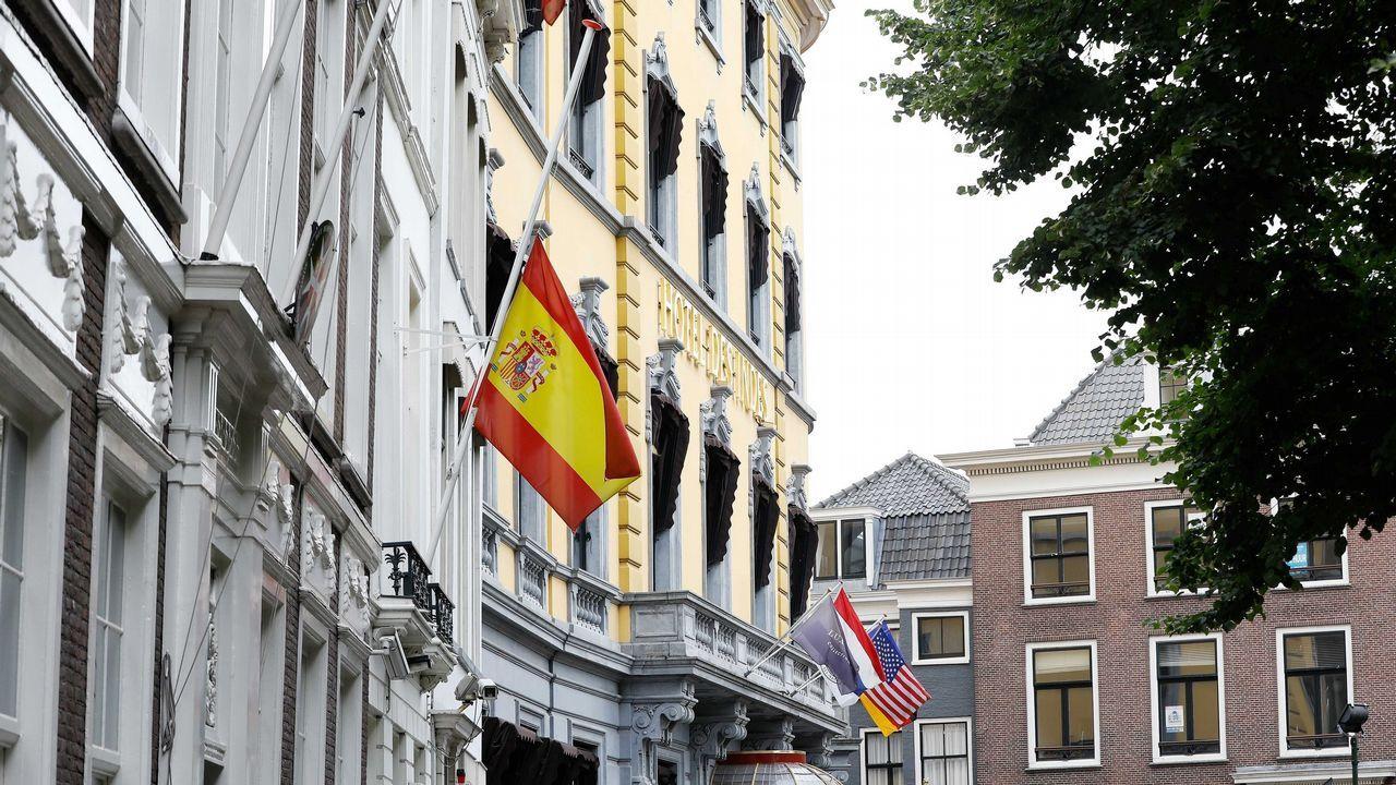.La bandera de España ondea a media asta en la embajada de España en La Haya, Holanda
