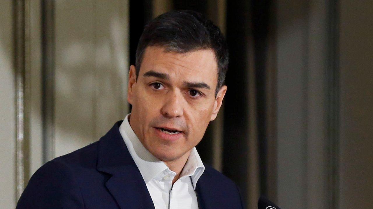 Pedro Sánchez propone financiar las pensiones con un impuesto a la banca.Miguel Herrero Rodriguez de Miñon habla con Felipe González en un acto para conmemorar la Constitución el pasado junio