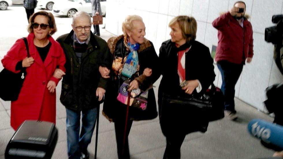 Fernández Villa, a su llegada a los juzgados, junto a su abogada y su esposa