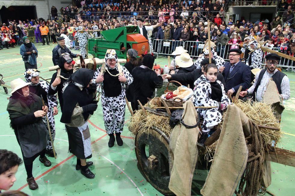 Romarís -de toro y con el yugo a hombros-, con sus compañeros de Aprechos.com, en A Laracha.