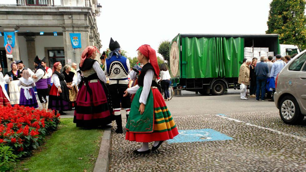 Niña vestida de asturiana