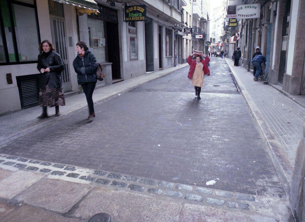 El nuevo pavimento de la calle, que aún tenía aceras
