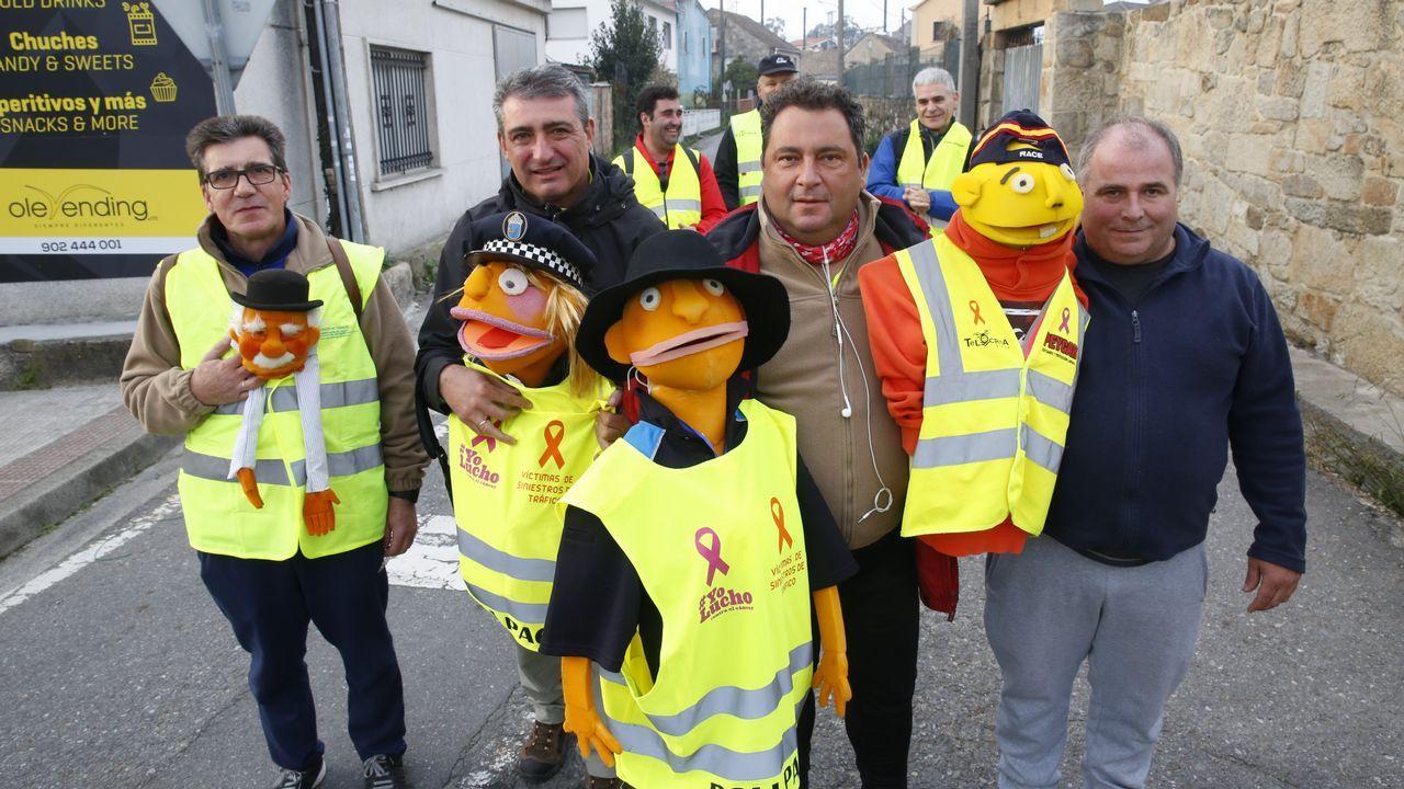 El muñeco poli Paco peregrinando a Santiago para solicitar educación vial en todos los colegios