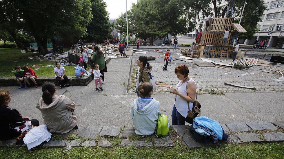 La Sagrada Familia acoge lamisa por las víctimas.Hogueras en el barrio delas flores y ambiente san juan