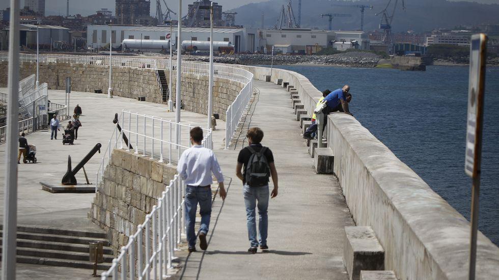 .Jóvenes pasean por Gijón