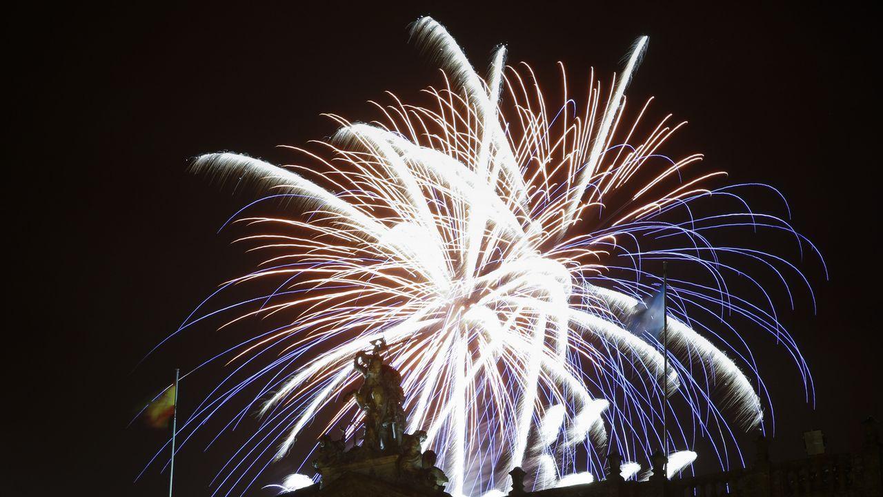 Un castillo de pólvora sobrevoló Santiago para despedir las fiestas