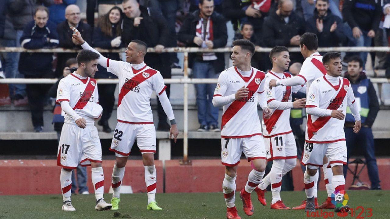 Los jugadores del Rayo celebran uno de los goles al Huesca