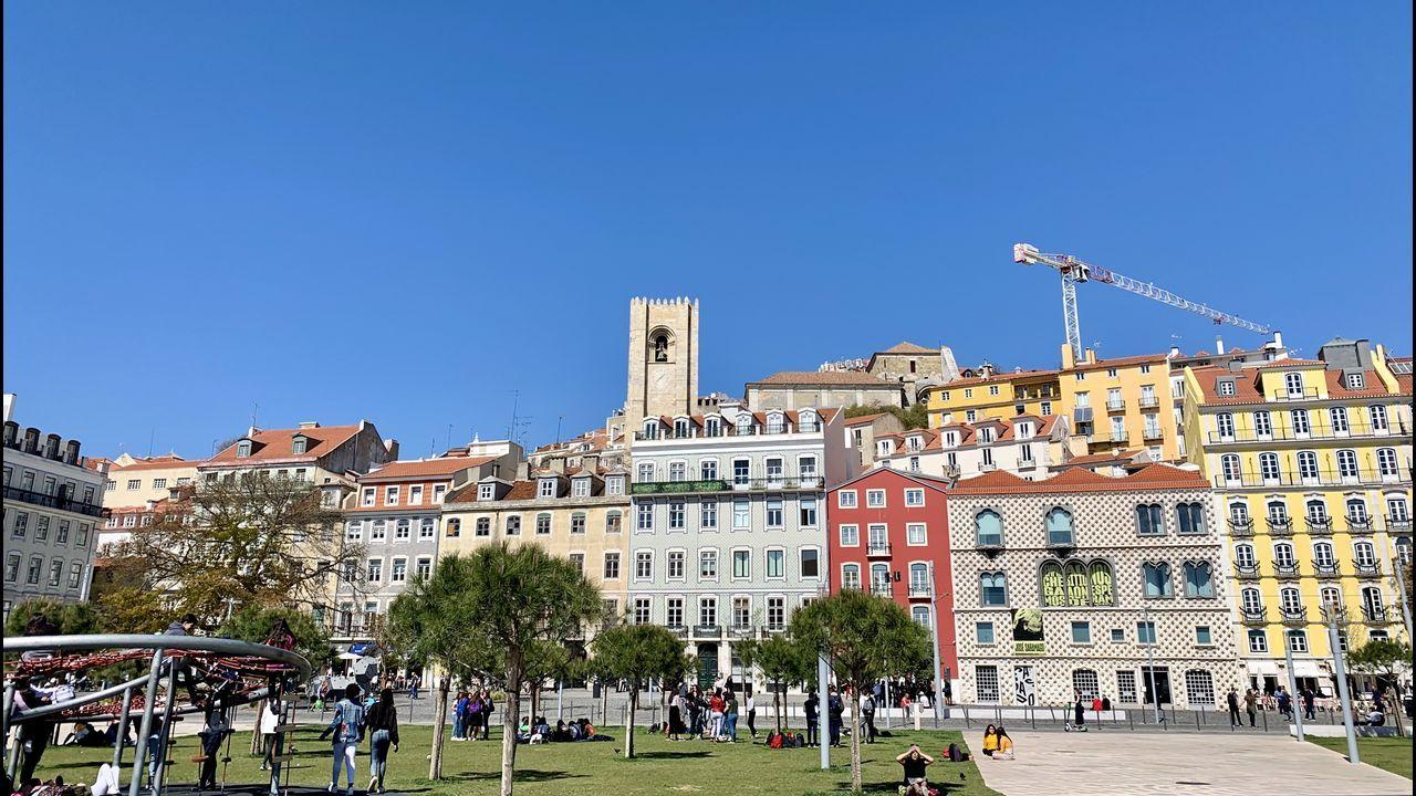 Cervantes pudo vivir aquí, en el Campo das Cebolas, con la Casa dos Bicos, sede de la Fundación Saramago, y la catedral al fondo.